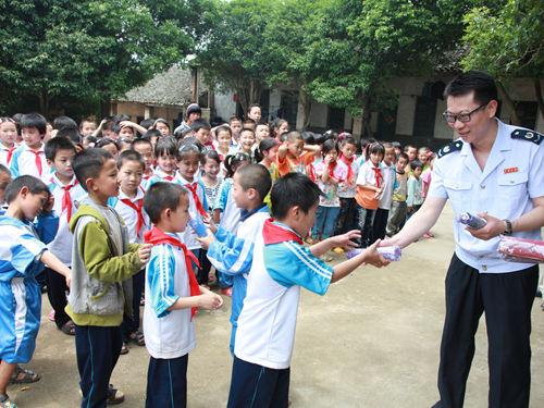 桂林市國稅局走訪尉問貧困村小學生