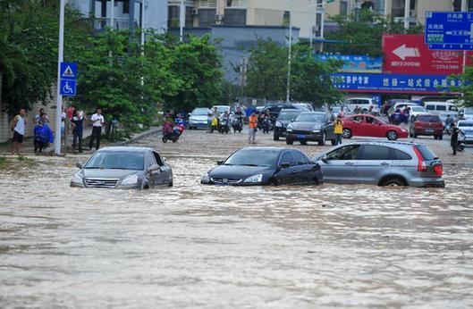 南寧遭遇暴雨襲擊 市區道路積水嚴重
