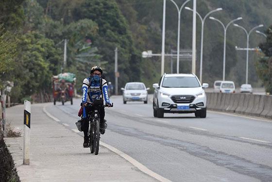 廣西打工小夥騎自行車返鄉