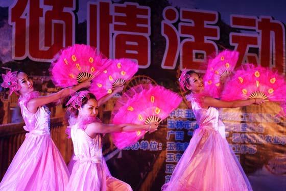"""文藝(yi)晚(wan)會(hui)走(zou)進""""五彩田(tian)園(yuan)""""與(yu)鄉村 """"賀(he)中秋"""""""