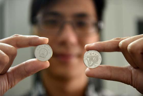 廣西玉林:抗戰勝利70周年紀念幣受市民熱捧