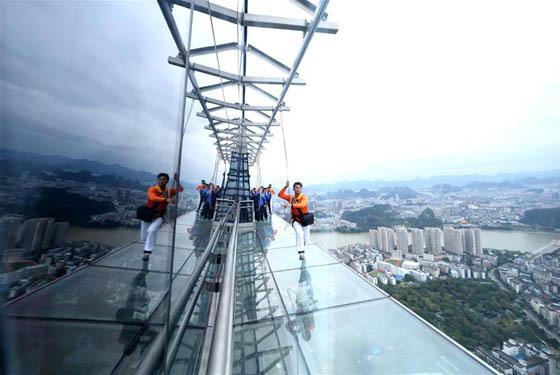广西柳州:303米楼顶建高空玻璃栈道