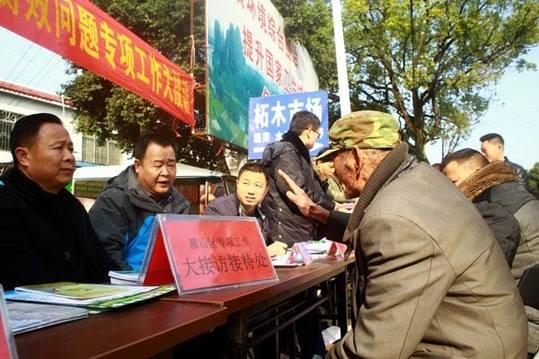 """桂林市(shi)雁山(shan)區(qu)紀委(wei)進圩場查(cha)""""四風""""反(fan)腐敗"""