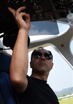 广西南宁:空中护航博览会