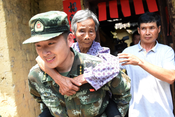 """廣西梧州:抗震救災中的""""八一""""節"""