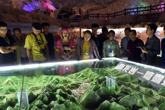 凤山:天然溶洞地质博物馆吸引游客