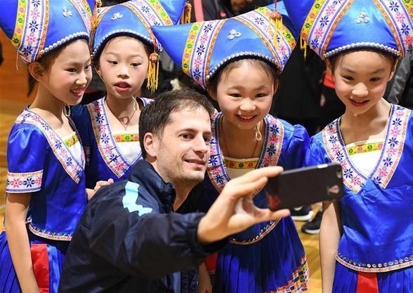 中國杯:球員代表進校園
