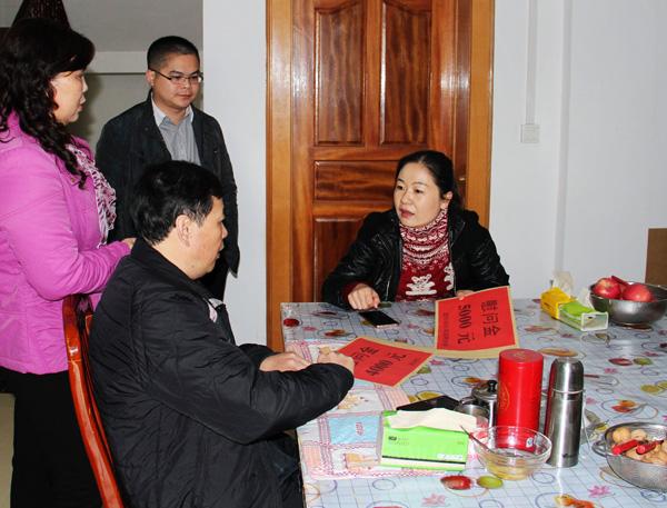 農行靖西市支行開展慰問困難員工活動