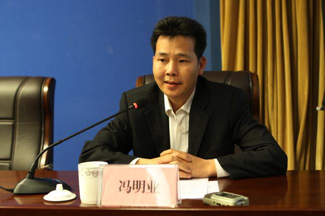 欽州市體育局副局長馮明業答記者問