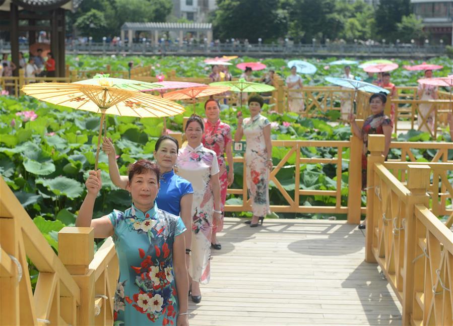 廣西昭平:荷花旗袍秀