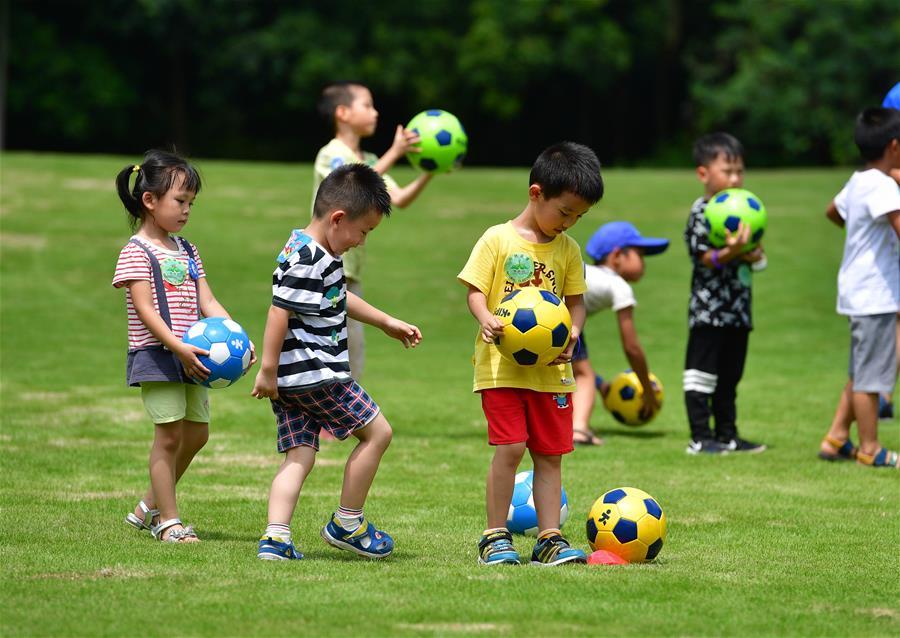 全民健身——孩童踢球樂