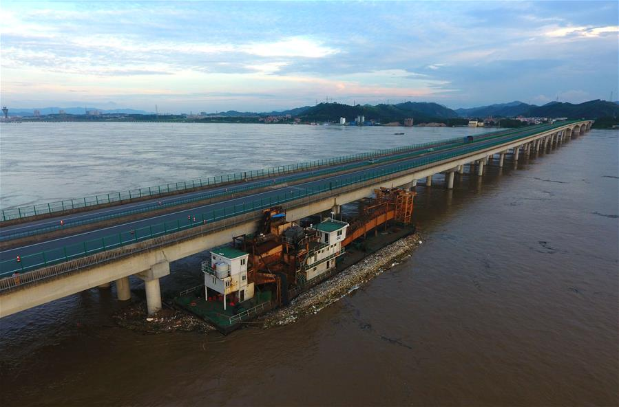 廣西梧州:挖沙船失控撞上潯江特大橋