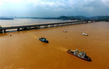 廣西梧州:撞橋挖沙船被拖離