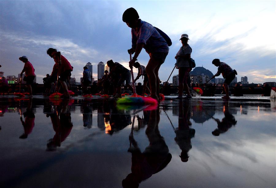 廣西柳州:百人義工團義務清淤