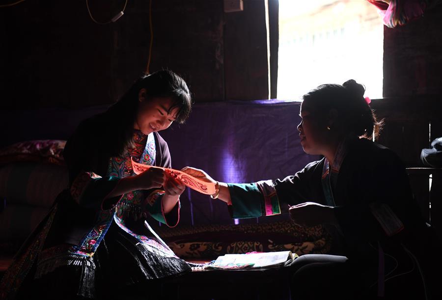 聋哑绣娘的刺绣故事