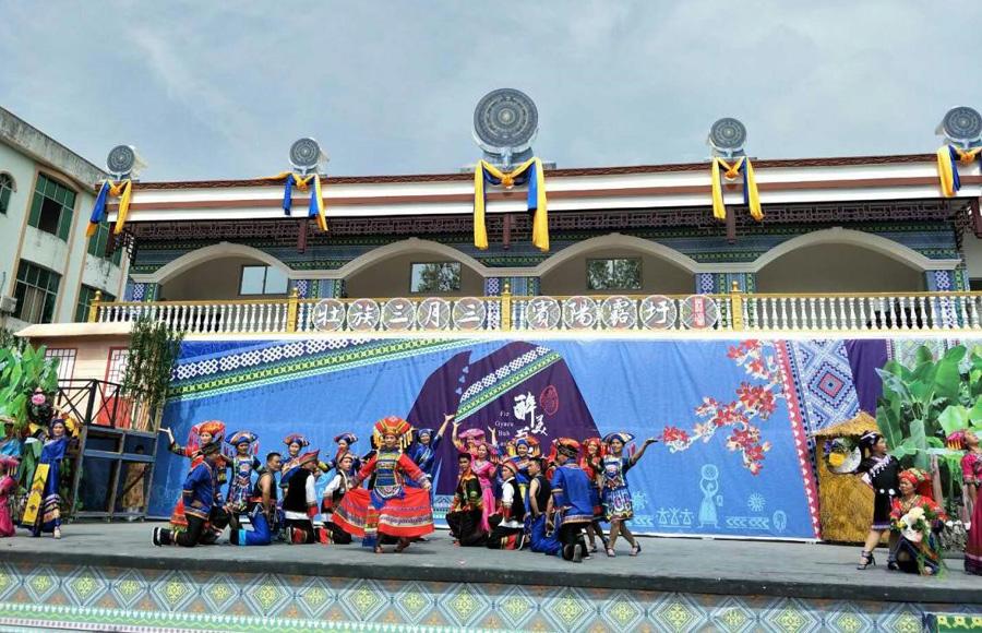 大型民俗歌舞劇《醉美藍衣》在廣西賓陽縣上演