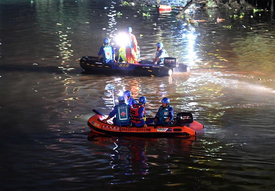 廣西桂林桃花江兩艘龍舟翻船17人遇難