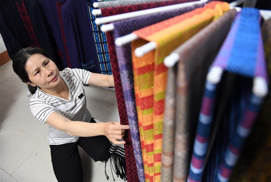 广西靖西:妇女家门口就业