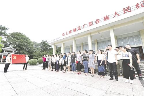 """南寧經開區開展迎""""七一""""瞻仰烈士紀念碑活動"""