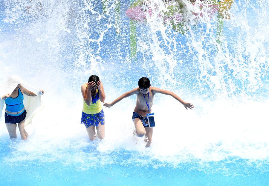 广西柳州:炎夏消暑戏水乐