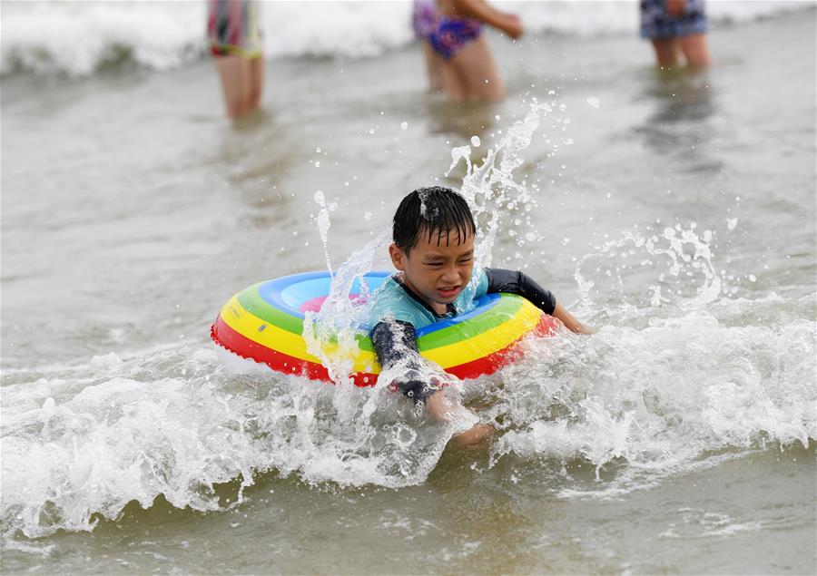 海滨戏水乐消暑