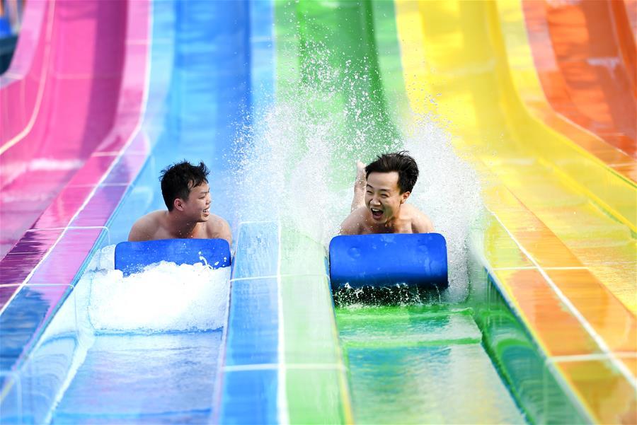 廣西柳州:戲水享清涼