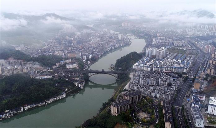 廣西三江:霧漫縣城景如畫
