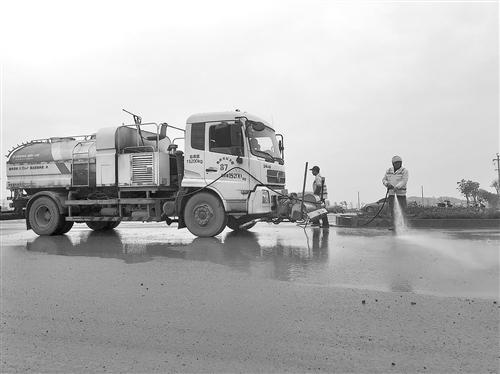 良慶區開展平樂大道揚塵污染專項整治行動