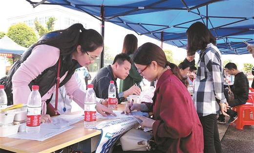 平桂區舉辦扶貧移民搬遷戶招聘會