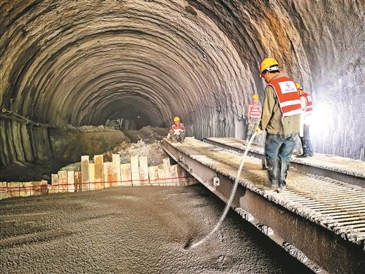 賀州市北環路將軍山隧道加緊施工