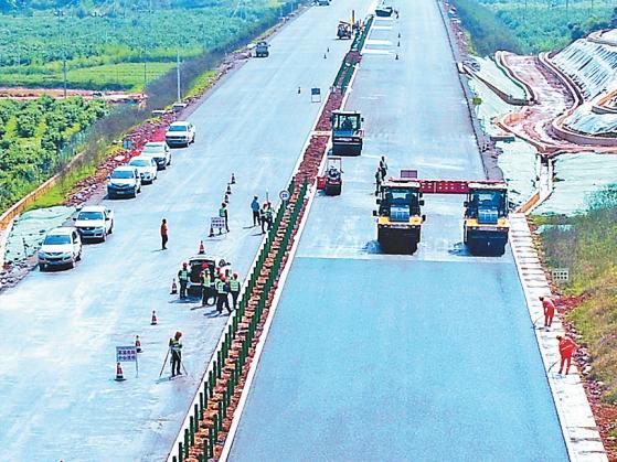 賀(州)巴(馬)高速公路昭平段鋪設路面瀝青