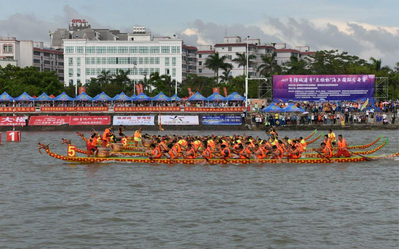 廣西防城港舉辦海上龍舟賽