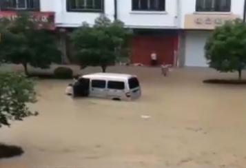 """南丹:11日再遭暴雨險情 城區成""""海""""洪水倒灌"""