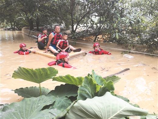 村莊突遭洪水圍困 消防成功疏散30人