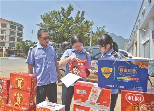 鐘山市場監督管理部門執法人員對農村市場進行整治