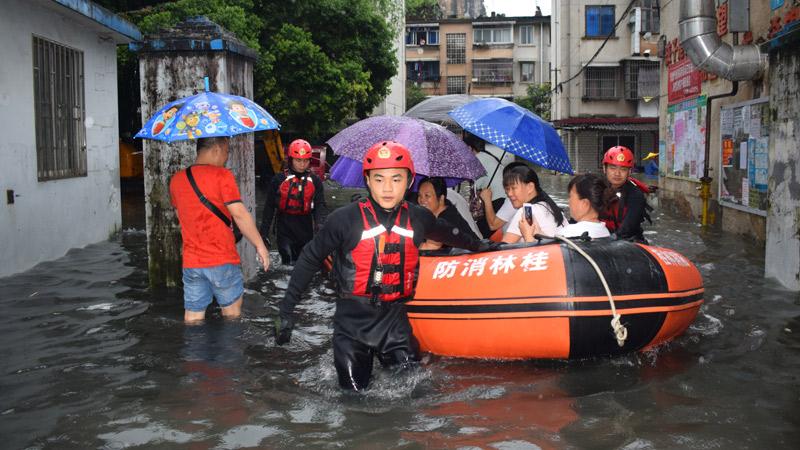 廣西桂林:強降雨致百余人被困 消防火速營救
