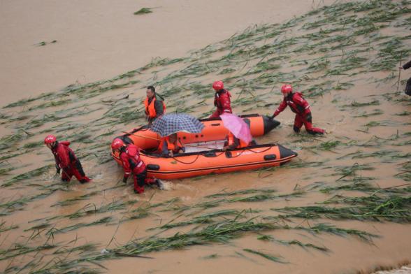 桂林:村民遭洪水圍困 消防緊急營救13人