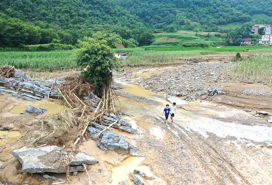 """山洪過後留下""""瀑布""""""""斷橋"""" 廣西東蘭積極開展抗洪搶險和災後重建工作"""