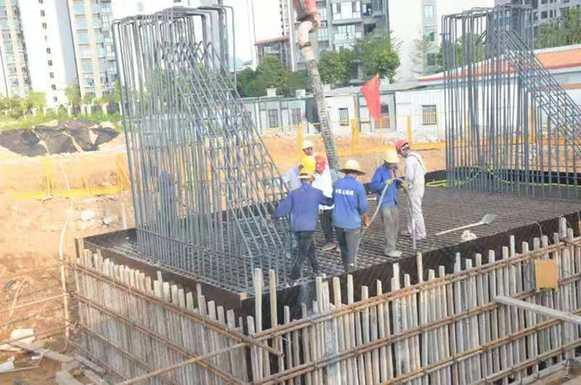 柳州市鳳凰嶺大橋東岸引橋首個承臺順利完成澆築
