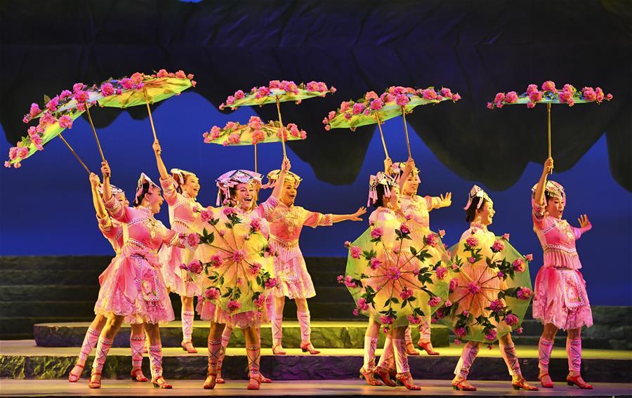 現代彩調劇《新劉三姐》在廣西南寧上演