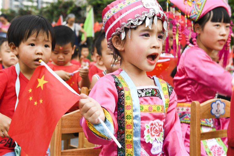 南寧:萌娃歌舞迎國慶