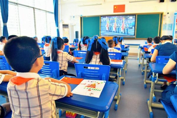 濱湖路小學組織觀看慶祝中華人民共和國成立70周年大會