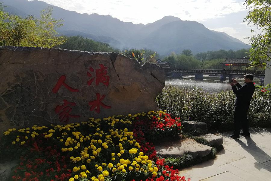 遊客在桂林漓水人家景區拍照