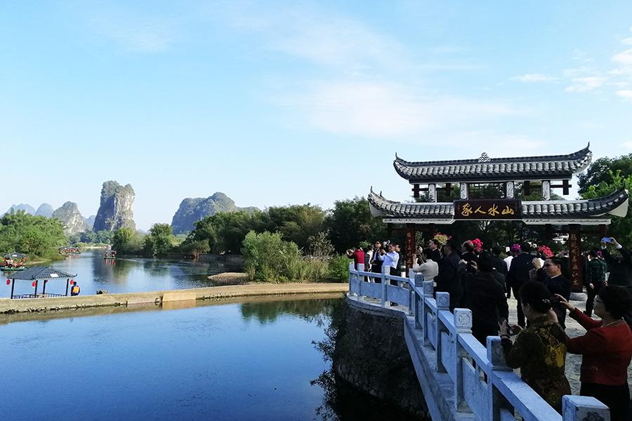 遊客在山水人家景區前拍照
