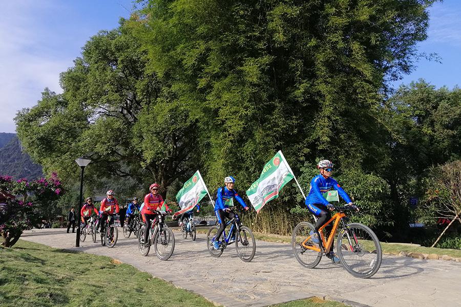 騎行愛好者在山水人家景區內騎行