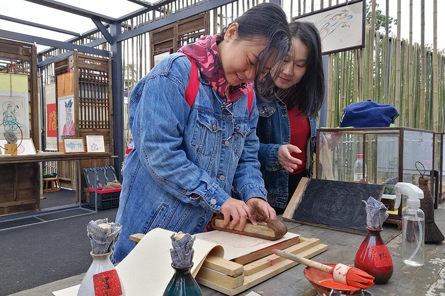 遊客在桂林桃花灣旅遊度假村體驗雕版套印