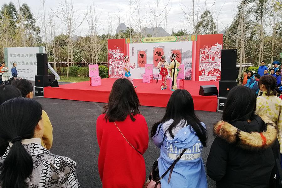 遊客在桂林桃花灣旅遊度假村欣賞戲劇