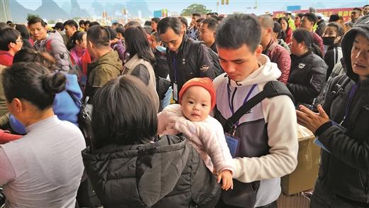 賀州:在粵務工農民工乘坐免費愛心動車返鄉