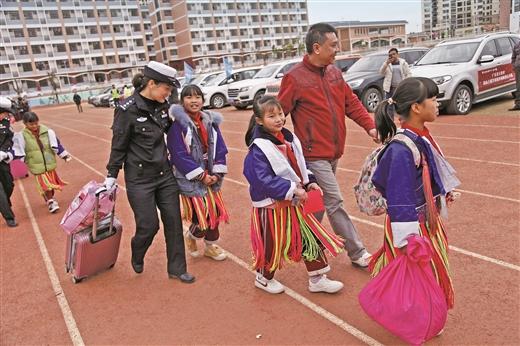 賀州市交警部門送土瑤學生回家團聚