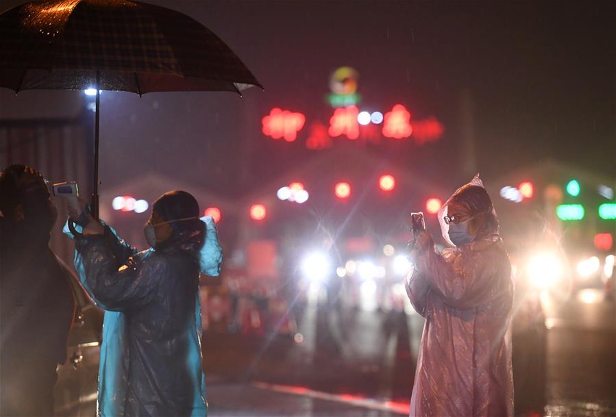 風雨中的測溫志願者